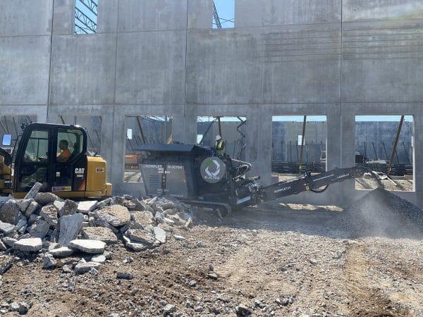 kjc704-jaw-crusher-on-construction-site-komplet-america