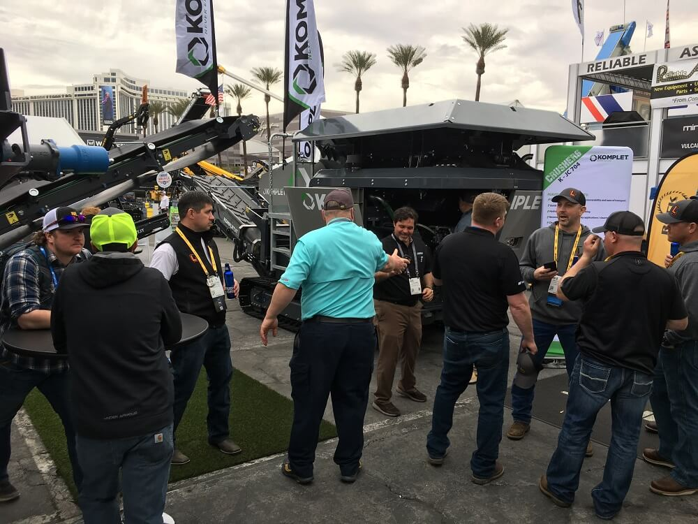 komplet-booth-with-attendees-during-conexpoconagg-komplet-north-america