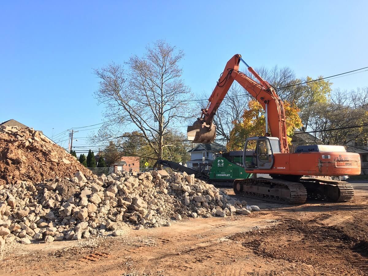 lt-7040-application-concrete-demolition-waste-from-a-building-komplet-north-america