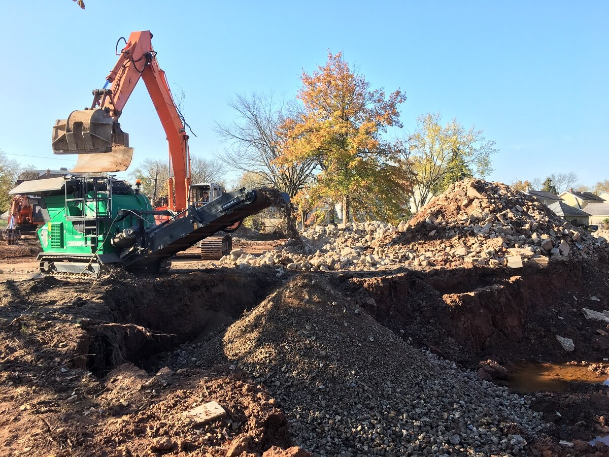 lt-7040-application-concrete-demolition-waste-from-a-building-recycled-on-site-komplet-north-america