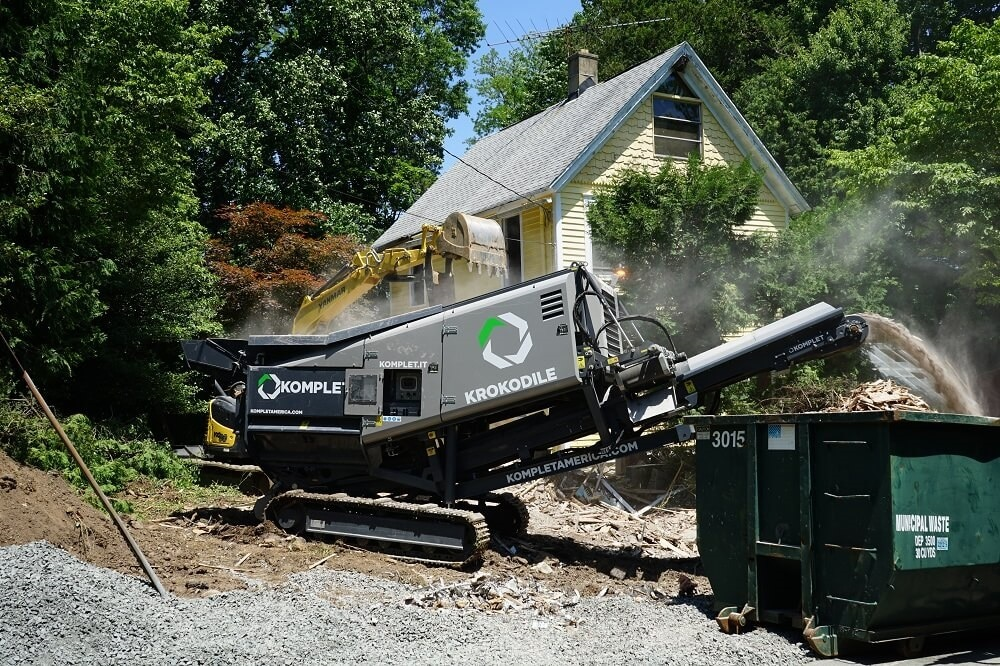 krokodile-shredder-processing-demolition-waste-from-gutted-house-komplet-north-america