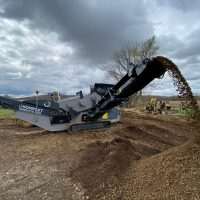 mobile-vibrating-screeners-on-site-recycling-of-demolition-debris-komplet-america